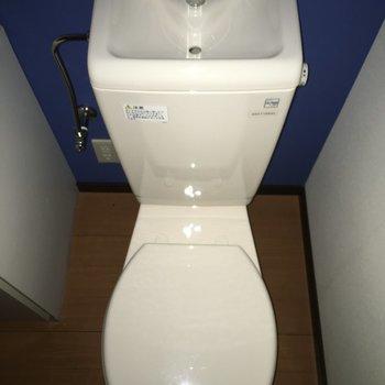 お手洗いはtheシンプル。※写真は1階別部屋反転似た間取りです。