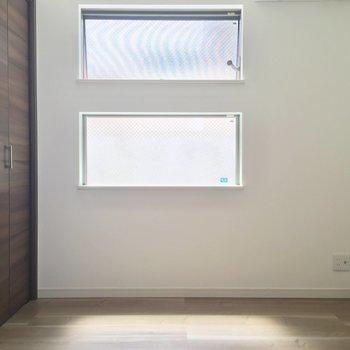 窓の形がおもしろい※1階の同間取り別部屋の写真です