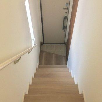階段を降りて、玄関へ