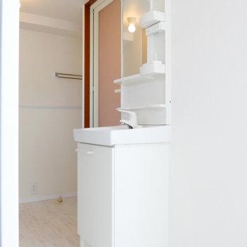 キッチンの背に独立洗面台です。 ※4階同間取りの別部屋の写真です