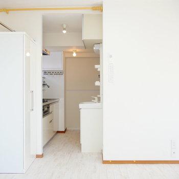 こちらを向いて。キッチン~水まわり。 ※4階同間取りの別部屋の写真です