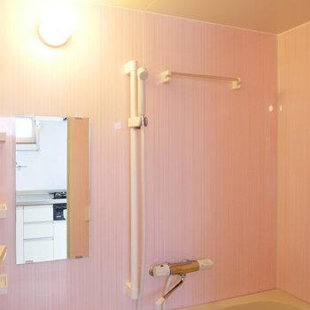 鏡面仕上げで、ピカピカのお風呂。 ※4階同間取りの別部屋の写真です