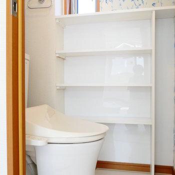 トイレは個室。窓ありますね! ※4階同間取りの別部屋の写真です