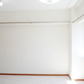 上部にはパイプが走っていて、たくさん物が掛けられますね。 ※4階同間取りの別部屋の写真です