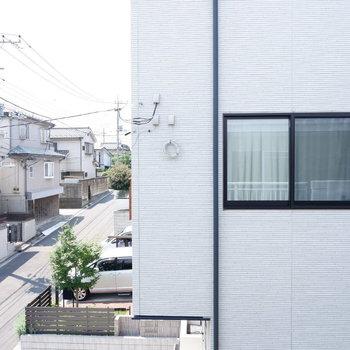 【リビング側】眺望はお隣さんが。