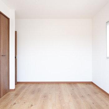 【玄関側6帖洋室】2面採光で心地よいです♪
