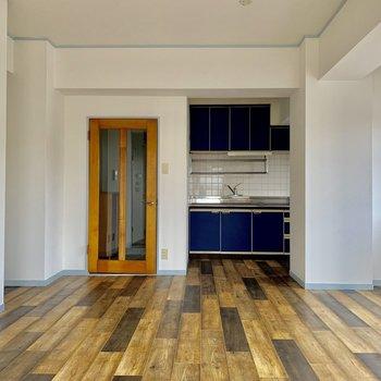 白の壁と床の相性が良い◯※写真は通電前のものです