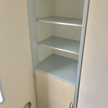キッチンの後ろにもちょっとした収納スペース