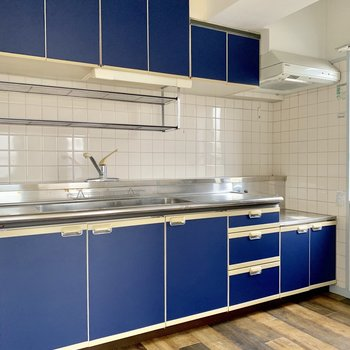 青色のキッチンがお部屋にいアクセントを!※写真は通電前のものです