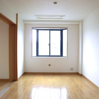 寝室は出窓がついてます※写真は3階の同間取り別部屋のものです。