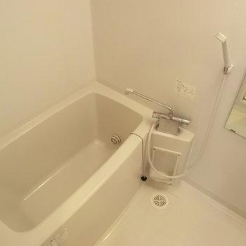 お風呂。追い焚きありますね。※写真は3階の同間取り別部屋のものです。