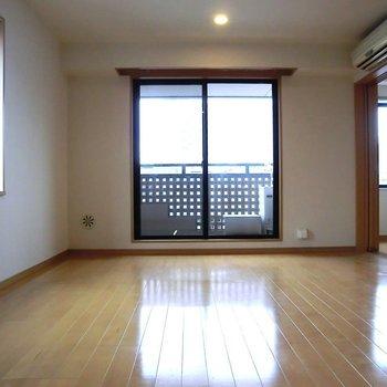 こちらリビング。採光いっぱい※写真は3階の同間取り別部屋のものです。