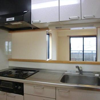 システムキッチン。半個室なのでにおいも気にせずお料理るんるん♪※写真は3階の同間取り別部屋のものです。