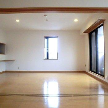 リビングにも小さな出窓♪※写真は3階の同間取り別部屋のものです。