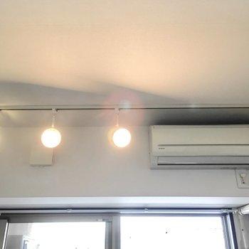 スポットライトがお部屋を明るく演出。