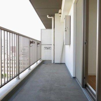 この広さを存分に活かしたバルコニーライフをぜひ!※写真は9階の反転間取り別部屋のものです。