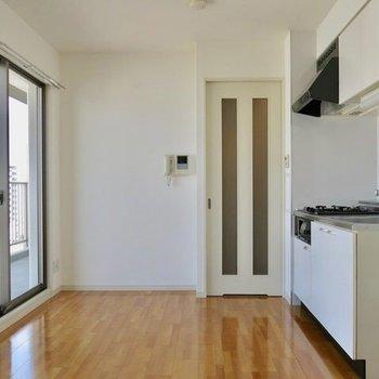 こんだけ日差しのあるのところでお料理したい〜!※写真は9階の反転間取り別部屋のものです。