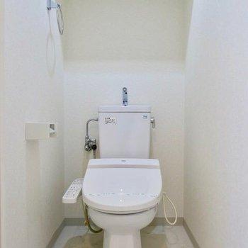おトイレにはウォシュレットがついてます。※写真は9階の反転間取り別部屋のものです。