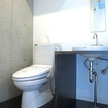 トイレと洗面台は一緒※写真は同間取りの別部屋のものです