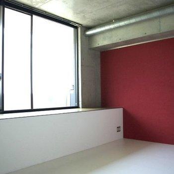紅の壁紙はなんとも大胆!※写真は同間取りの別部屋のものです