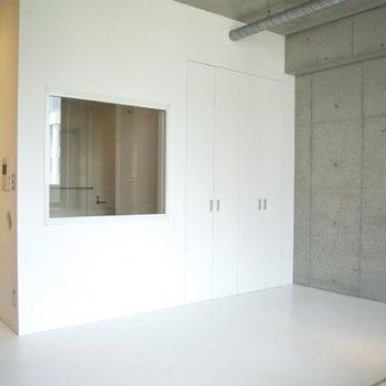 変わった間取のお部屋。中央にあるのはお風呂の小窓※写真は同間取りの別部屋のものです