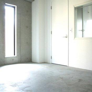 コンクリの土間が玄関には広がっていまして※写真は同間取りの別部屋のものです
