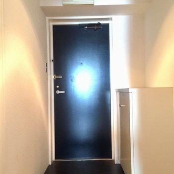 玄関はブラックに引き締めて。