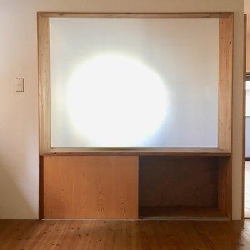 まず、このテレビ台!光が透ける!