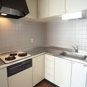L字型のキッチンはお母さんには嬉しいポイント♪(※写真は6階の同間取り別部屋のものです)