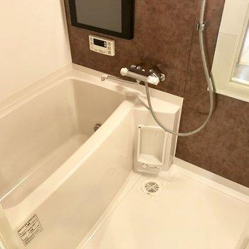 ホテルのような浴室は長風呂したくなる。テレビが見れますよ!