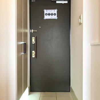 玄関扉は2重ロックでさらに安心です。