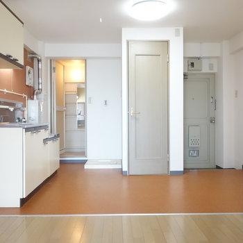 リビングとキッチンに仕切り戸などはありません。