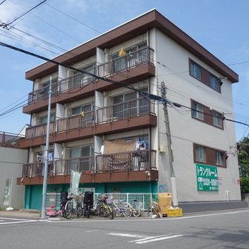 外観は、住宅街に佇む3階建てのマンションです。
