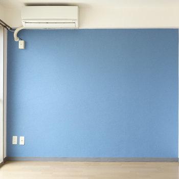 洋室側はブルーなクロス。南向き窓からの陽射しもバッチリ。