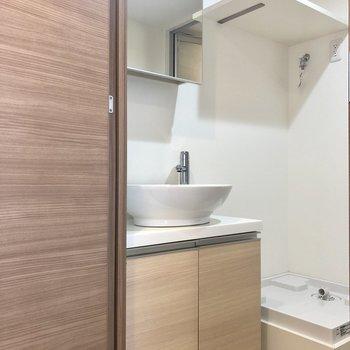 デザイン性の高い洗面器!洗濯機置き場が隣にありますよ。