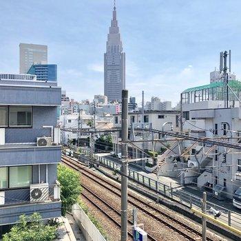 お部屋から線路とあの有名なビルが見えます。