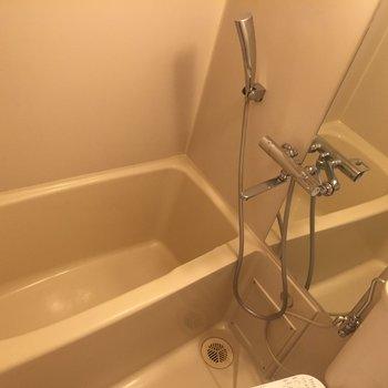トイレとお風呂は同じ場所に。カーテンがかけれます。