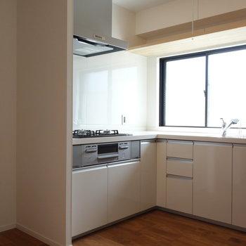 キッチンスペースにはゆとりありますよ。冷蔵庫もちゃんと置けますね。