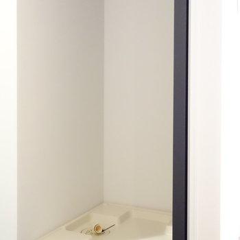 脱衣所に洗濯機置場。浴室乾燥するならスムーズな動線が確保されていますね。