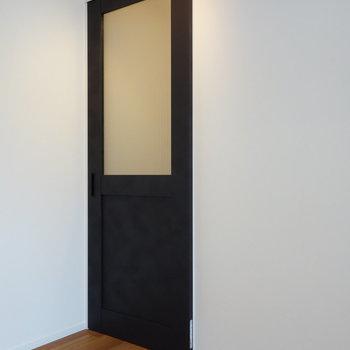 廊下との間に一枚引き戸があります。