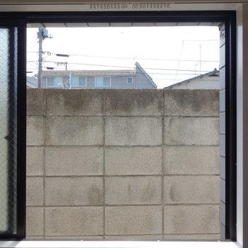 東向き窓からも視線は気になりませんよ。