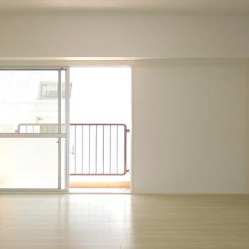 ベランダは寝室からもキッチンからも出られます〜!