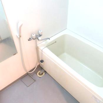 清潔感のあるワイドな浴室!