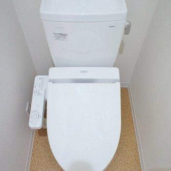 ちょっとした棚がトイレ上にはあります