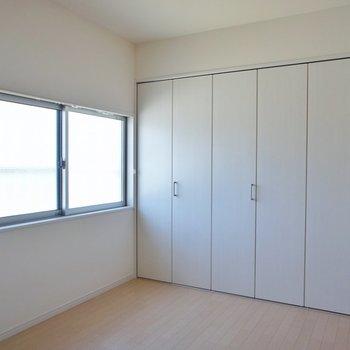 小窓もしっかりある7.8帖のお部屋