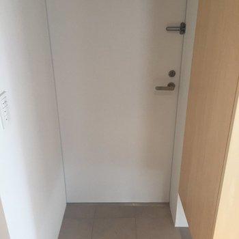 玄関。タイルはキッチンまで続きます。