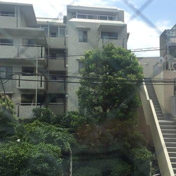 窓からの眺めは、お隣のマンション!
