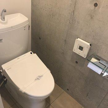 トイレはもちろんウォシュレット付き。※写真は別室です