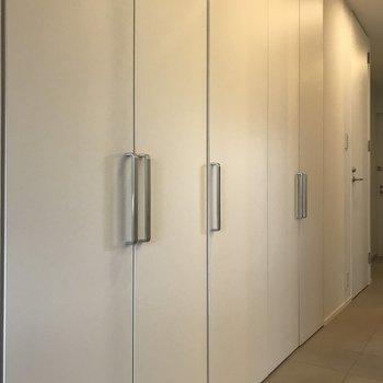 廊下にもたくさんの収納が。※写真は別室です