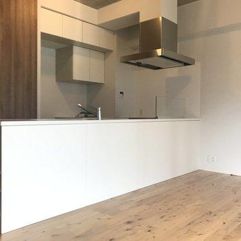 憧れの特大対面キッチンですよ。※写真は別室です